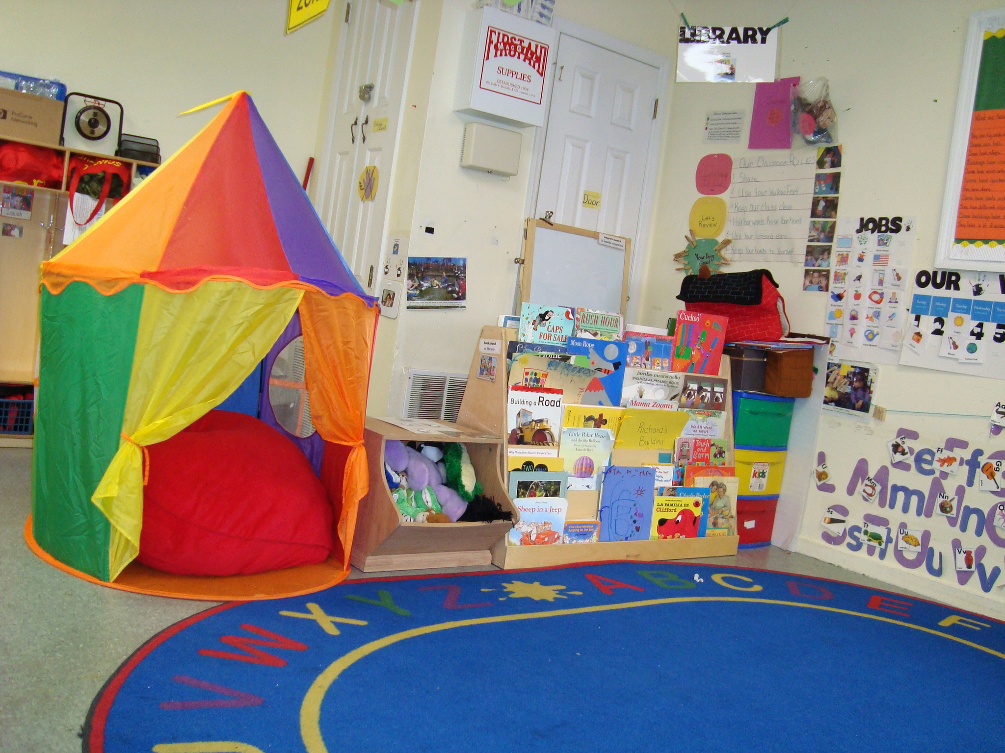 DIY Hula Hoop Tent via Hoosier Homemade & Classroom Reading Nook Ideas